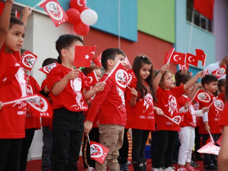 Atatürk sevgisi olan çocuklar yetiştiriyoruz