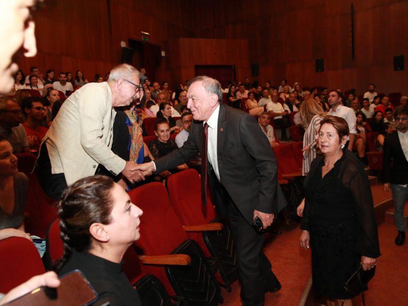 Sanatseverler, yüksek performansla tiyatro oyununu sahneleyen Oyuncular Tamer Gözüdeli, Merve Bulat ve Mehmet Kara'yı ve Yönetmen Caner Cindoruk'u ayakta alkışladı.