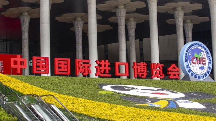 İlk fuara katılmış, Çin piyasasına giren ilk sınır ötesi sağlık işletmeleri arasında yer alan Johnson&Johnson, son günlerde Çin'deki faaliyetlerini artırdı. Şirket, Suzhou Sanayi Merkezi'ne 180 milyon ABD Doları tutarında yatırım yaparak yeni fabrika kurarken, Tsinghua Üniversitesi ile kalifiye eleman yetiştirme planını geliştirdi.