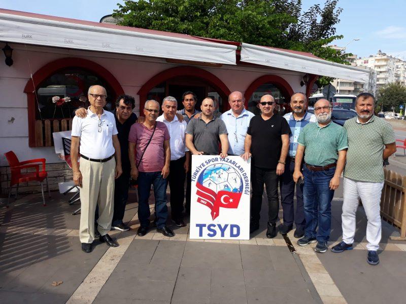 """Türk Ordusu'nun evlatlarının her zaman yanındayız, yanlarında olmaya devam edeceğiz"""" dedi."""