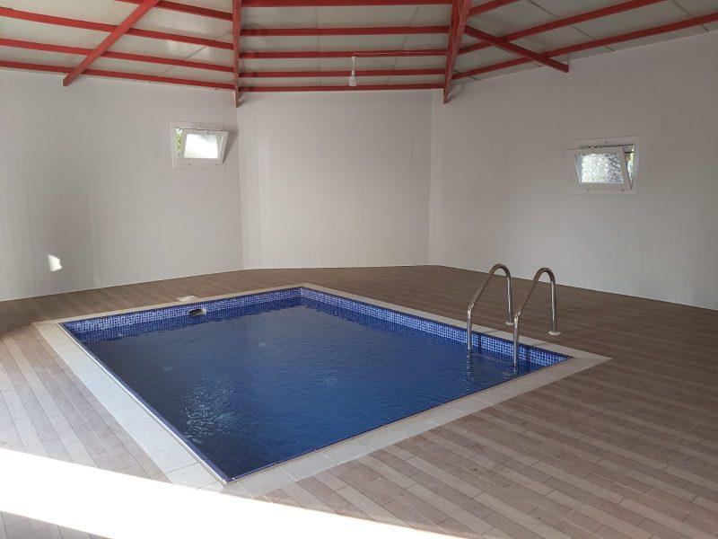 Adana'da bulunan Zihinsel Engelliler Vakfı Okulu'na, havuzu Adana'da faaliyet gösteren bir başka kulüp Seyhan Rotary Kulübü yaptırmıştı.