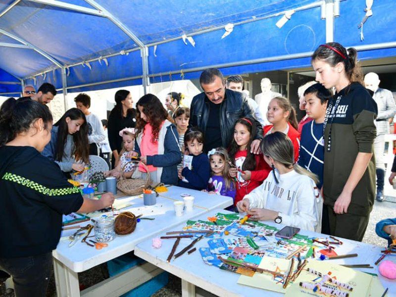 Başkan Soner Çetin, ziyaretin sonunda festivale katılan çocuklarla hatıra fotoğrafı çektirdi.