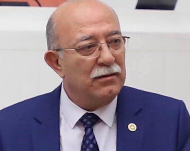 İzmir İl Milli Eğitim Müdürü Ömer Yahşi, bu büyük kusurlarına rağmen, neden İl Milli Eğitim Müdürlüğü makamında tutulmaktadır?