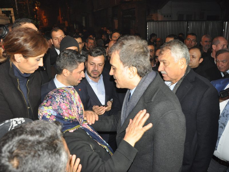 """Çevre ve Şehircilik Bakanı Murat Kurum Yüreğir İlçesi Sinanpaşa, 19 Mayıs, Şehit Erkut Akbay ve PTT Evleri mahalleleri için kentsel dönüşüm müjdesi verdi. Sinanpaşa, 19 Mayıs, Şehit Erkut Akbay ve PTT Evleri mahallelerinde toplam 2 bin toplu konut yapılacağının müjdesini veren Bakan Kurum, """"Sahada incelemeler yaptık ve gördük ki bir taraftan da şehirle ilgili alt yapı eksiklikleri giderilmesi ve kentsel dönüşüm ihtiyaçlarını başlatmamız gerekiyor. 2 bin kentsel dönüşüm konutu üreteceğiz her mahallede 500'er konut olacak"""" dedi"""