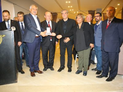 """Yılmaz Özdil'e ödül vermek benim için ayrıca bir onur. Çukurova Gazeteciler Cemiyeti Başkanı Cafer Esendemir'e bana bu onuru yaşattığı için teşekkür ediyorum"""" diye konuştu."""