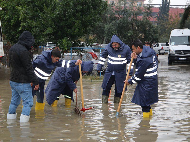 """Ekiplerce tıkanan yağmur suyu giderleri açıldı, su basan evlerde tahliye çalışmaları yapıldı, su baskınları nedeni ile mağdur olan vatandaşlara yardım edildi. Tam kadro sahada olduklarını belirten Yüreğir Belediye Başkanı Fatih Mehmet Kocaispir aşırı yağışlar nedeni ile yaşanan olumsuzluklara ekiplerimizle anında müdahale ediyoruz"""" dedi."""