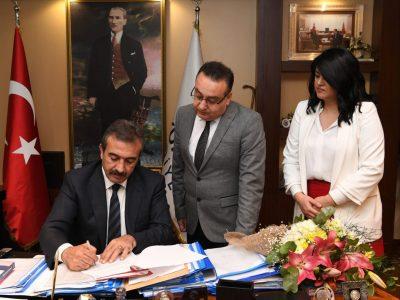 """Çukurova Belediye Başkanı Soner Çetin ve Özel Erkan Okulları Genel Koordinatörü Kamil Güden imzaların atılmasının ardından """"Hayırlı olsun"""" dileğinde bulundular."""