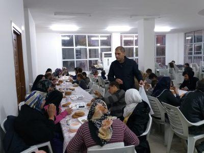 SEYHAN BELEDİYE EKİPLERİ 24 SAAT GÖREVDE Başkan Akay, Seyhan Belediyesi İşletme, Fen İşleri, Temizlik, Park Bahçeler ve Sosyal İşler müdürlüklerinden oluşturulan ekiplerle birlikte su baskınlarının olumsuz etkilenen halkın yanlarında olmaya devam edeceklerini söyledi. Başkan Akay, Belediye ekiplerinin yağış süresince Adana Büyükşehir Belediyesi ve ASKİ ekiplerine de destek vereceğini kaydetti.