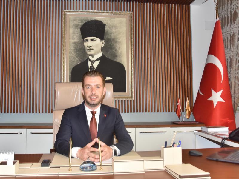 """eyhan Belediye Başkanı Kadir Aydar; """" Her yıl olduğu gibi bu yıl da geçmişinden beslenen, Atatürk ilke ve inkılâpları ile geleceğe umutla bakan nesillerin yetiştiği, kadınların can güvenliğinden endişe etmeden sosyal yaşamın içinde yer aldığı, bilimle, sanatla,sporla haşır neşir olan aydın insanların sayısının arttığı ve bizi geleceğe taşıyacak politikaların üretildiği bir ülke hayal ediyorum"""" ifadelerini kullandı."""