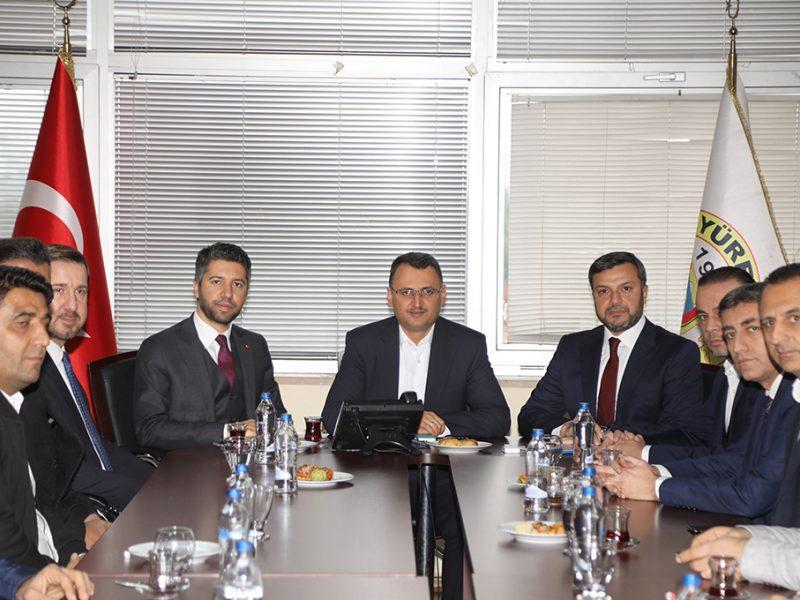 Beraberinde AK Parti Adana İl Başkanı Mehmet Ay ve Yüreğir İlçe Başkanı Yaşar Turan ile birlikte Yüreğir Belediyesi'ni ziyaret eden Mahmut Kaçar meclis üyeleri ve Başkan Kocaispir'le istişare toplantısı yaparak çalışmalar hakkında bilgi aldı.