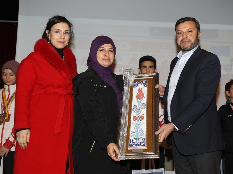 Sporcuların başarısında büyük emek sahibi olan Yunus Emre Kültür Evi Taekwondo Hocası Milli Antrenör Ayşe Alyar da desteklerinden dolayı teşekkür ederek 2019 Antalya Kemer'de yapılan Avrupa Taekwondo Poomse birincilik madalyasını Başkan Kocaispir'e takdim etti.