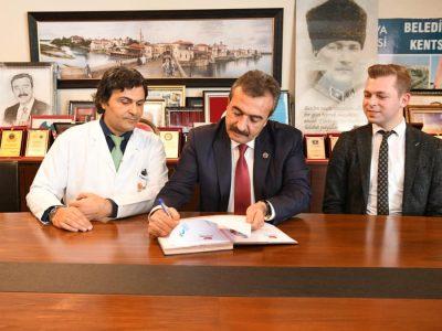 Başkan Soner Çetin ve Dünyagöz Hastanesi Başhekimi Cüneyt Karaarslan arasında imzalanan protokol kapsamında belediye çalışanları ve birinci derece yakınları göz tedavilerini indirimli olarak yaptırabilecek.