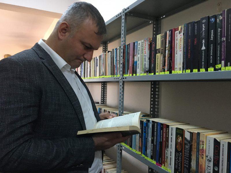 """Karataş Belediye Başkanı Necip Topuz; """"Okuyarak gelişen ve yarınlara umut ile bakan bir toplum arzusu ile ilçemizin en büyük eksiklerinden biri olan kütüphanemizi belediye koridorlarına taşımaya karar verdik."""