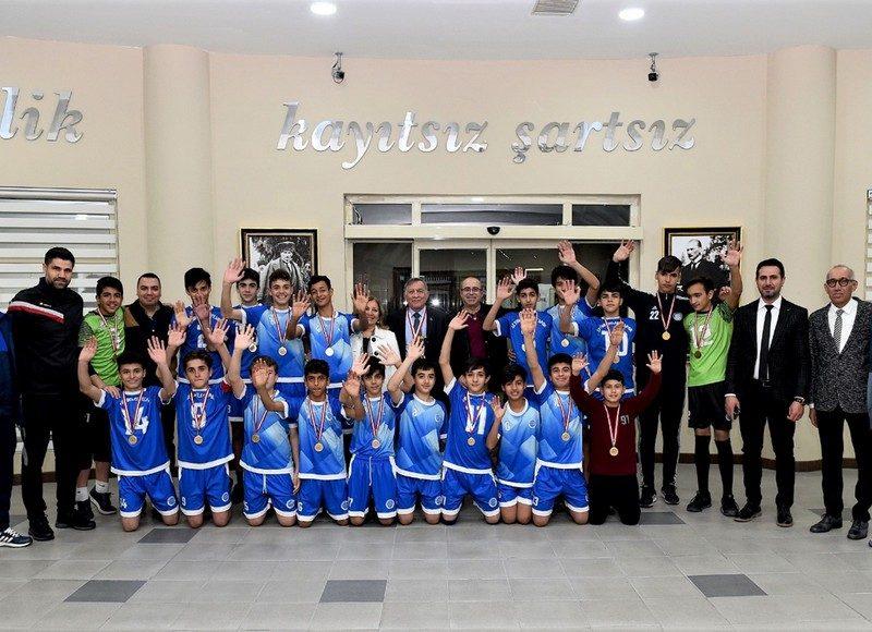 """Seyhan Belediyespor Kulübü, Yönetim, Teknik heyet ve futbolcu kadrosunu kutladığını belirten Başkan Akay, """" Şampiyonalardan da, iyi neticeler bekliyoruz. Başarının yolu altyapıdan geçer. Spor kulüplerimizin altyapıya büyük bir önem vermesi gerekiyor. Bu anlamda, ilçemizdeki ve bünyemizdeki takımlarımıza her zaman desteğimizi vermekteyiz. Bir dönem Türk futboluna sayısız yetenekli futbolcular kazandıran Adanamız bundan sonraki yıllarda da kaliteli isimler yetiştirecektir"""" diye konuştu."""