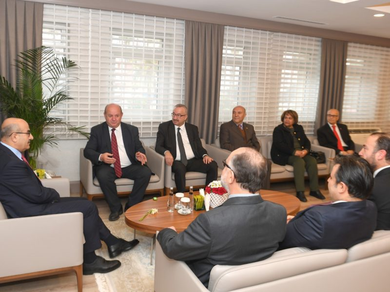 """Çukurova Gazeteciler Cemiyeti'nin yeni yönetim kurulunu makamında kabul eden Vali Demirtaş, """"Adana'da her alanda iyiye gidişi gözlemlemek mümkün. Sanırım CGC yönetiminde sayı artırılmış. Elbette bu heyecan yaratır, yeni projeleri beraberinde getirir. Sadece Adana'ya değil ülkemiz ekonomisine hamle yaptıracak Ceyhan bölgemizle ilgili güzel gelişmeler var."""