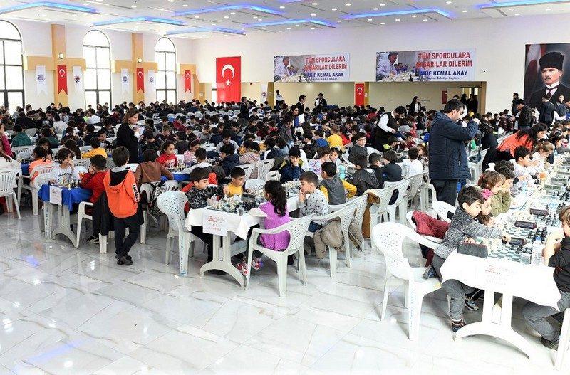 Daha sonra Başkan Akay sembolik olarak Turnuvanın ilk hamlesini yaptı. 450 sporcu 2 gün boyunca A, B ile 8 yaş ve altı, 10 ve 12 yaş kategorilerinde kıyasıya yarıştı.