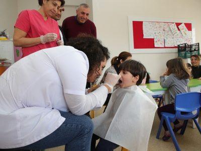 Seyhan Belediyesi Sağlık Müdürlüğüne Bağlı diş hekimi ve personeli, Belediyeye bağlı kreşler dışında devlete bağlı olan ana sınıflarındaki çocuklara da ağız sağlığı, diş ve diş eti taraması yapıyor