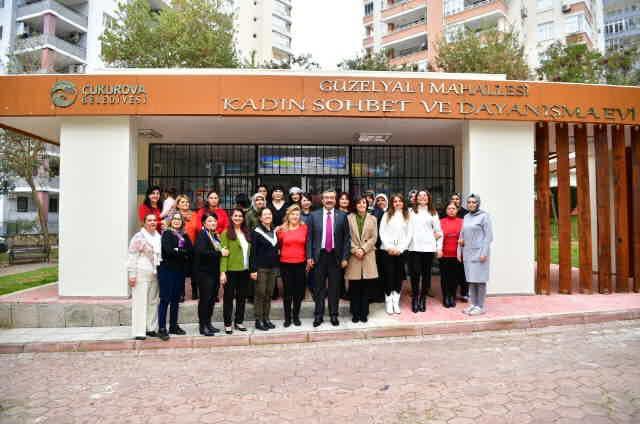 Başkan Soner Çetin, Atatürk Kadın Yaşam Köyü'nde 27 branşta kurs verildiğini hatırlatarak, buradaki Kadın Dayanışma Merkezi'nde kadınlara hem psikolojik hem de hukuki destek sağlandığını söyledi.