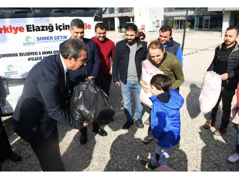 TIR yüklenirken hala yardım malzemesi getiren vatandaşlarla sohbet eden Başkan Soner Çetin, insanlık dramının yaşandığı Suriye'nin İdlib kentine de yardımda bulunacaklarını ifade etti.