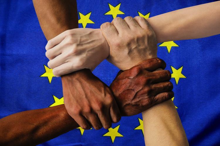 Avrupa Birliği'nin ötesinde, özel projeler için fon desteği yoluyla da dâhil olmak üzere, ırka bağlı ayrımcılığı tüm dünyada ortadan kaldırmaya çalışanların yanında olmaya devam edeceğiz.