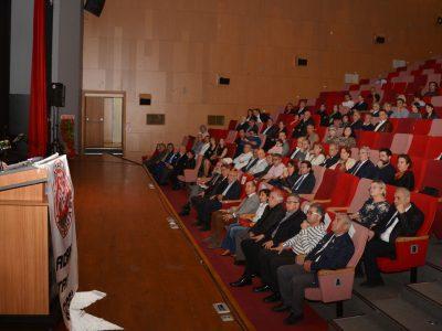 """PROF. DR. HİLAL, """"ŞİDDETSİZ BİR ORTAMDA İYİ HEKİMLİK YAPMAK İSTİYORUZ"""" Adana Büyükşehir Belediye Başkanı Zeydan Karalar, CHP İl Başkanı Mehmet Çelebi, Demokratik Kitle Örgütleri ve Sendikaların temsilcilerinin yanı sıra hekim ile ailelerinin katıldığı 14 Mart Tıp Haftası açılış programında bir çok etkinlik düzenlediklerini ifade eden Adana Tabip Odası Başkanı Prof. Dr. Ahmet Hilal, """"Şiddetsiz bir ortamda emeğimizin karşılığını alarak 'İyi Hekimlik' yapmak istiyoruz"""" dedi."""