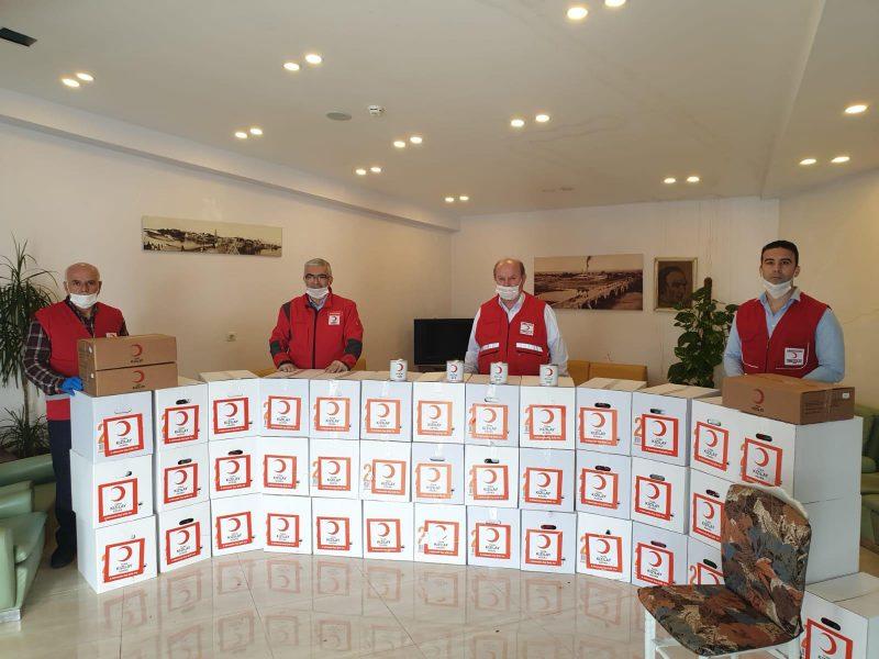 Türk Kızılayı Genel Merkez Yönetim Kurulu üyesi ve Adana Bölge Başkanı Ramazan Saygılı, Kızılay Gönüllüsü Umut Zeybek ile birlikte 65 yaş üzeri ihtiyaç sahiplerini ziyaret ederek paketlerini teslim eden Esendemir,