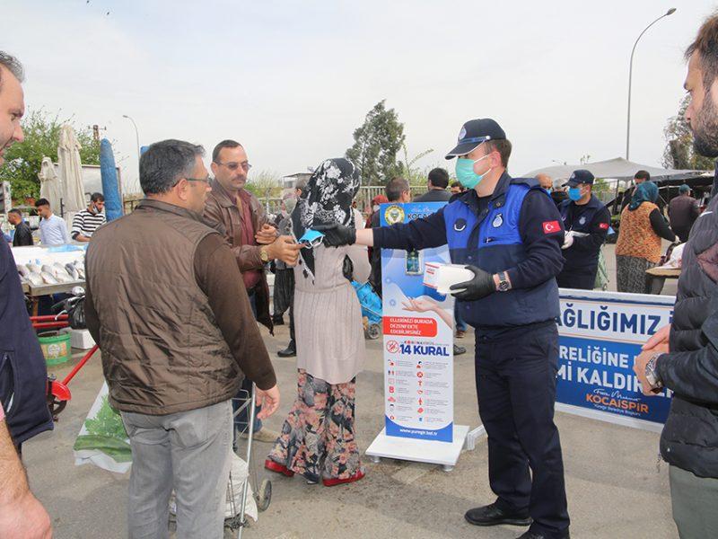 Cumhurbaşkanı Recep Tayyip Erdoğan'ın talimatıyla maske satışının yasaklanması ve pazar yerleri ile toplu mekânlarda maske takılmasının zorunlu hale getirilmesinin ardından Yüreğir Belediyesi ilçede bulunan tüm pazarlarda vatandaşlara maske dağıttı.