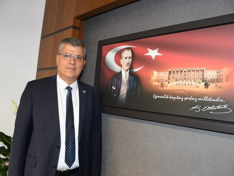 """""""KARANLIKTAN ÇIKACAĞIZ"""" Türkiye'de salgından önce yaşanan ekonomik ve siyasi kriz nedeniyle işçi ve emekçilerin büyük zorluklar yaşadığını anımsatan Ayhan Barut,"""