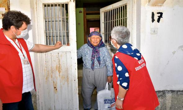Çukurova Belediye Başkanı Soner Çetin, Anneler Günü'nde ilçede yaşayan 65 yaş üstü annelere mektup gönderdi.