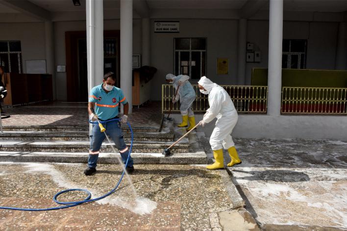 Ceyhan Belediyesi ekipleri normalleşme sürecinin başlamasına rağmen tedbiri elden bırakmıyor.