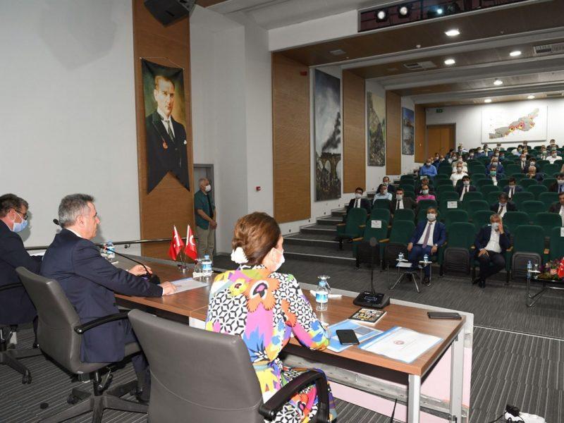 """Vali Elban konuşmasında, """"2020 Temmuz ayı itibariyle ilimizde kamu kurum ve kuruluşlarımız, belediyelerimiz ve kamu kurumu niteliğindeki meslek kuruluşları tarafından 335 proje uygulanmaktadır."""