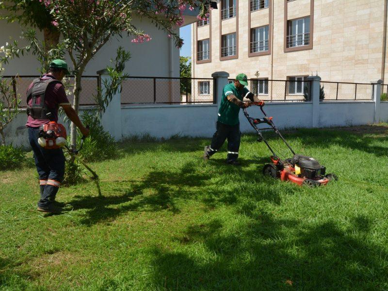 yabani otların temizliği ile çim biçme çalışmalarını ilçenin dört bir yanında sürdürüyor.