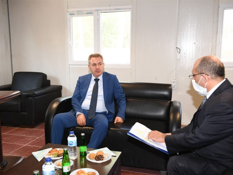 """. Bu salgın konusunda ülkemiz başarılı bir sınavdan geçiyor diyen Vali Elban, """"İlimizin sağlık altyapısını güçlendirmek ve vatandaşların sorunsuz bir şekilde sağlık hizmetlerinden faydalanabil"""