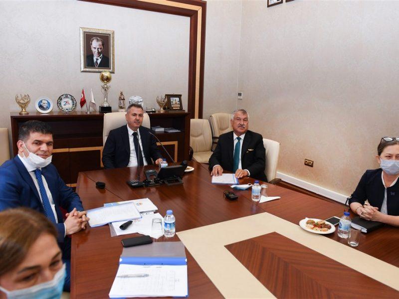 Büyükşehir Belediye Başkanı Zeydan Karalar ve belediye yetkililerince karşılanan Vali Süleyman Elban ilk olarak Zeydan Karalar'ı makamında ziyaret ederek bir süre sohbet etti. Ardından büyükşehir belediye başkanlığı toplantı salonunda gerçekleştirilecek olan toplantıya katıldı.