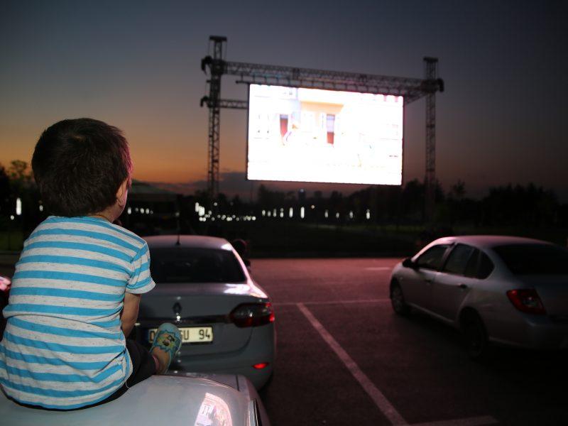 Eylül'e kadar uzattı. 3 Temmuz Cuma günü '7. Koğuştaki Mucize' filmi ile yeniden başlayan etkinlikte 4 Temmuz Cumartesi günü çocuklar için Rafadan Tayfa Dehliz Macerası gösterildi.