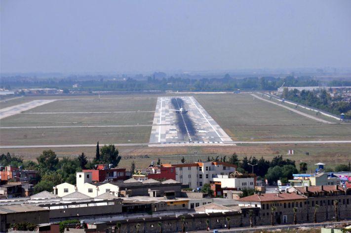 İhalesi 15 Aralık 2011 tarihinde yapılan, 15 Mart 2013'te yer teslimi gerçekleştirilen Çukurova Bölgesel Havalimanı'nın 28 Mayıs 2013'te temelinin atılarak 2016 yılında açılacağının söylendiğini anımsatan Ayhan Barut, şunları kaydetti:
